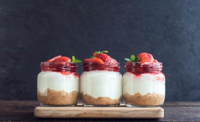 Чийзкейк с ягоди: фантазия в чаша за 10 минути