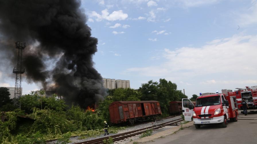 <p>Гъст черен дим се издига над центъра на София</p>