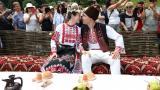 <p>Двойка се<strong> венча пред хиляди непознати</strong> - Северняшка сватба в наши дни</p>
