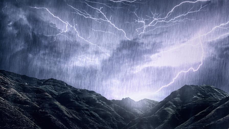 Оранжев код за 18 области, ще има гръмотевични бури