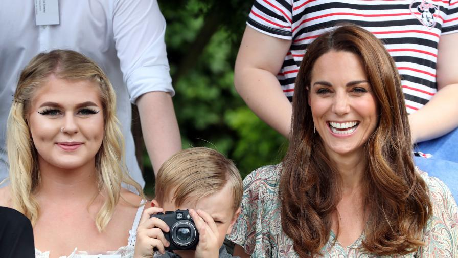 Кейт очарова с лятна рокля и много настроение