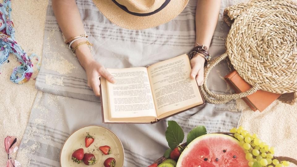 лято книга плаж жена
