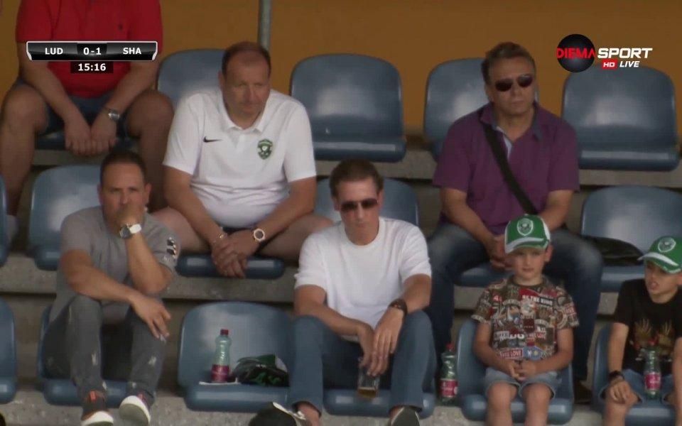 Собствениците на Лудогорец - Кирил и Георги Домусчиев гледат двубоямежду