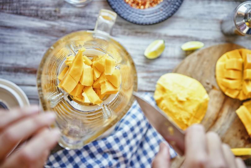 <p><strong>Коктейл &bdquo;Манго Джулс&ldquo;</strong><br /> <br /> <strong>Необходими продукти за приготвяне: </strong>зрели манго плодове, мляко, ванилов сладолед, екстракт от ванилия, ром, захар и сок от ананас. Пасирайте всички съставки в блендер, добавете лед и отново пасирайте, докато се получи еднородна смес.<br /> <br /> <strong>Безалкохолен вариант:</strong> пропуснете рома.</p>