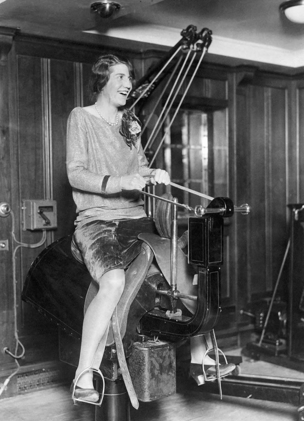"""20-те години на ХХ в.: Жена язди електрически кон на кораба """"СС Бермуда""""."""