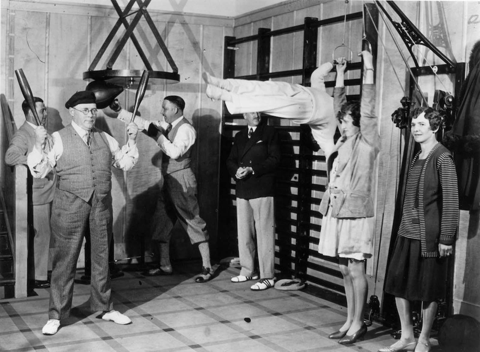 """1931: Пасажери от първа класа поддържат форма на борда на """"Дукесата на Бедфорд""""."""
