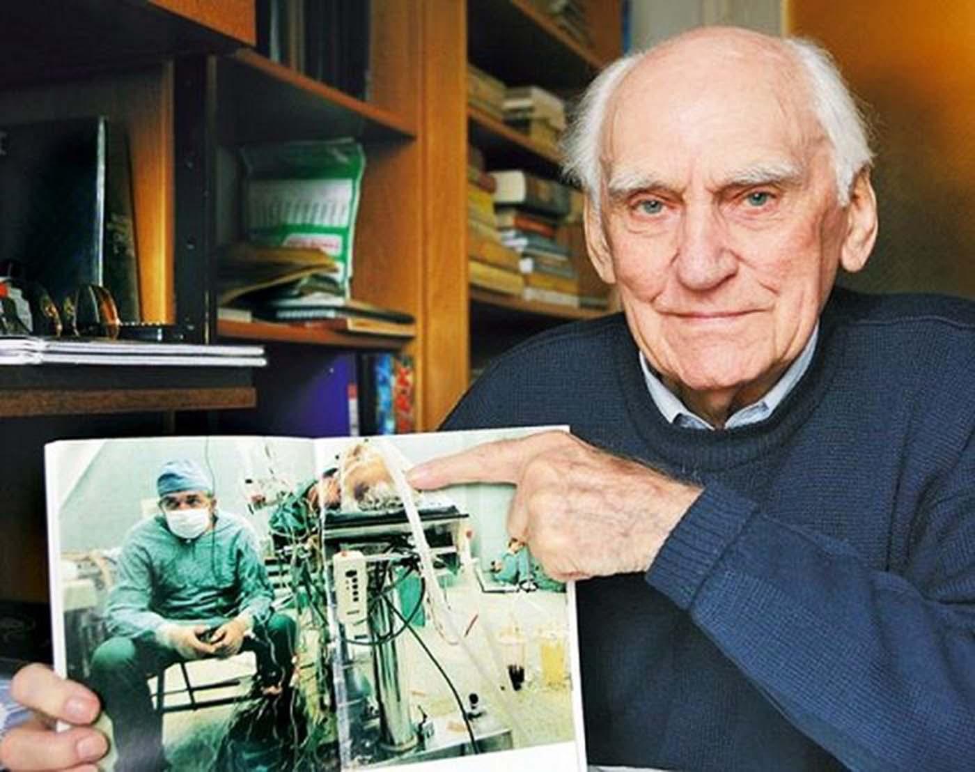 Тадеус Житкиевич държи снимката, на която получава нов шанс за живот. През 2009 г. той отива на погребението на д-р Сбигниев със снимката в ръка.