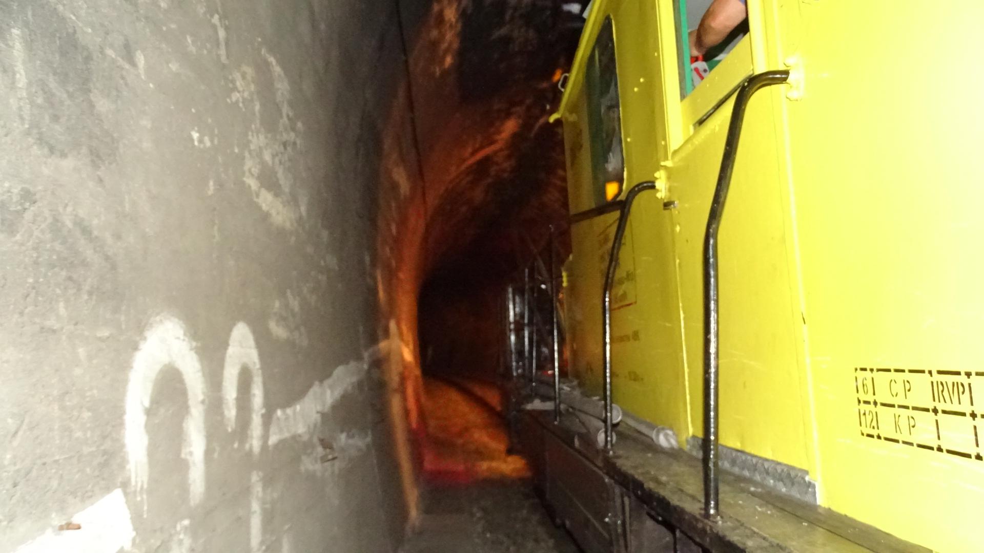 Счупен пантограф на локомотив натоварен влак скъса контактната мрежа в между гарите Яворов и Черниче.Аварията стана в късния след обяд днес в района на 7-и тунел.Авариралият локомотив бе изтеглен нагара Симитли в20.30 ч., а служителите на НКЖИ възстановяваха контактната мрежа в района на 7-и тунел, вторият в дефилето. Заради аварията движението на влаковете между Кресна и Благоевград е спряно, пътниците се превозват с автобуси.