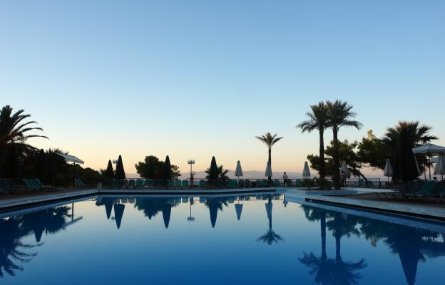 В хубав хотел с тераса и изглед към морето