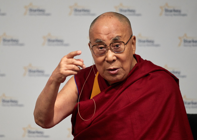 Далай Лама<br /> <br /> В добавка към медитацията и градинарството, поправката на часовници е може би най-необичайното от хобитата на Далай Лама. Твърди се, че интересът му към часовниците идва от Ролекс, подарен му от бившия президент на САЩ Франклин Рузвелт. Далай Лама обаче се интересува от ремонти на различни неща още от дете, когато поправя различни неща като коли и стар филмов прожектор.