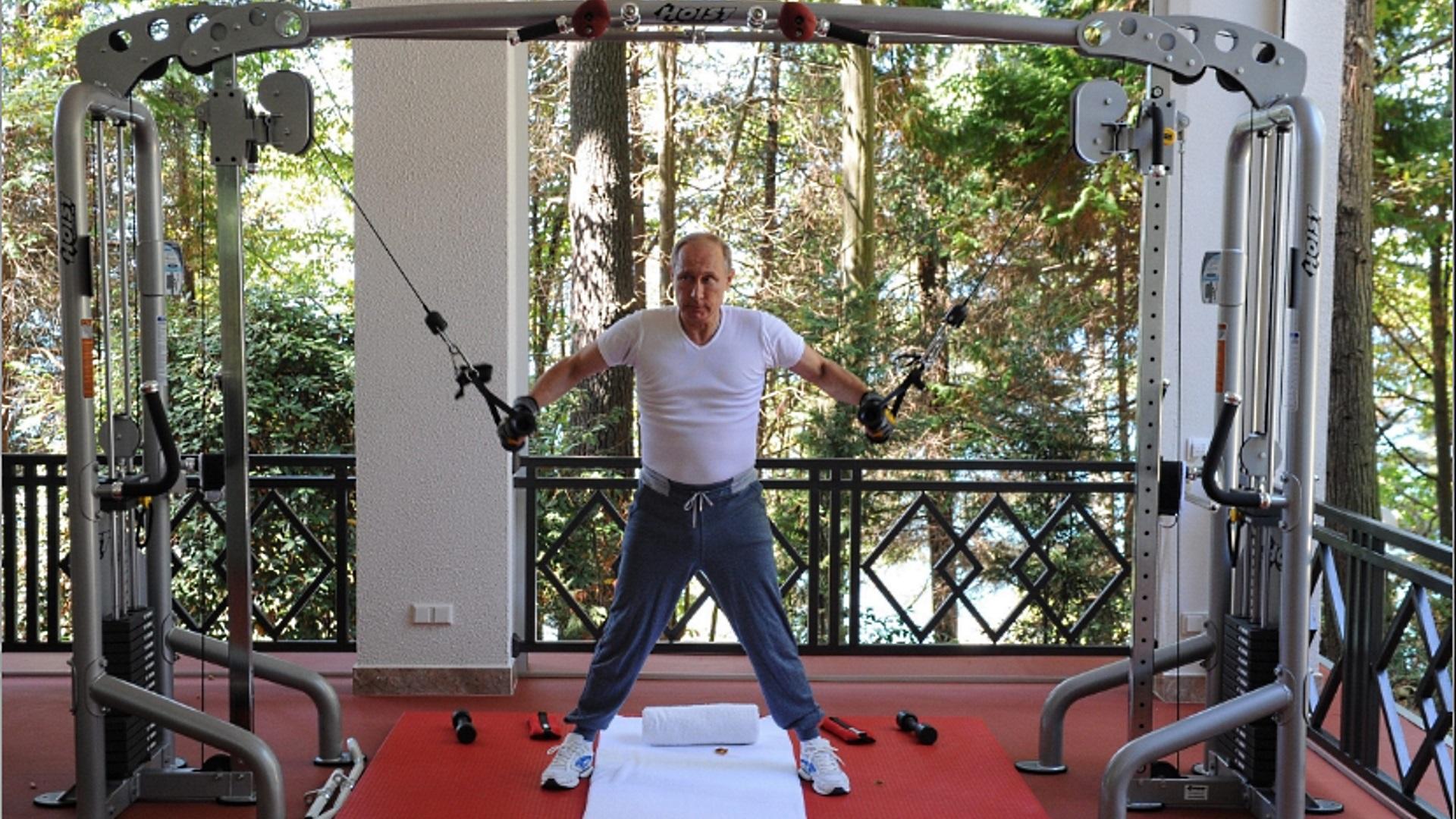 Лидерът на Русия Владимир Путин започва всеки свой ден с интензивна тренировка. Всичко започва със събуждането му – около обяд. След закуска, която съдържа най-често кафе, сок, омлет, овесена каша или пъдпъдъчи яйца, Путин плува сам в продължение на около два часа. След това се отправя към фитнеса за силова тренировка, докато гледа новините. Следва редуване на ледени и горещи вани, преди да облече някой костюмите си, шити по поръчка и да започне деня си на държавен глава.