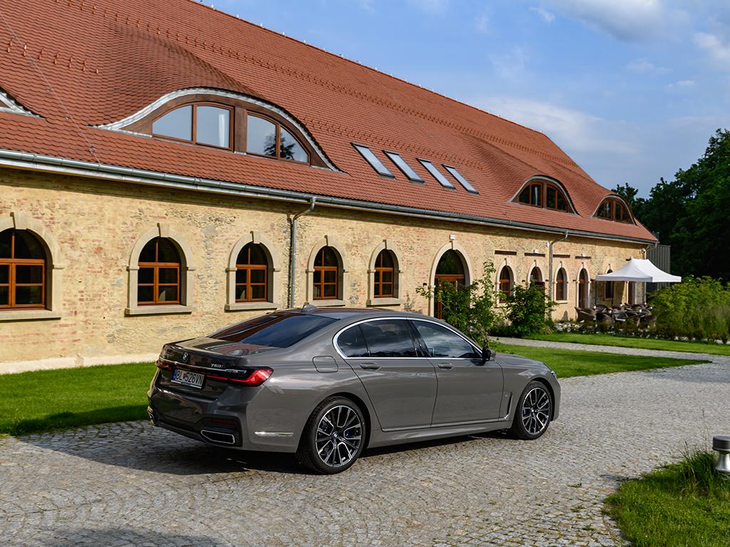 Баварските инженери и дизайнери са направили автомобил, който предлага върховен лукс, допълнен с най-богатия и модерен технологичен арсенал, съчетани с ускорение до 100 км/ч за 4 секунди!