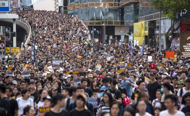 Победа за протестиращите в Хонконг, законопроектът за екстрадицията е
