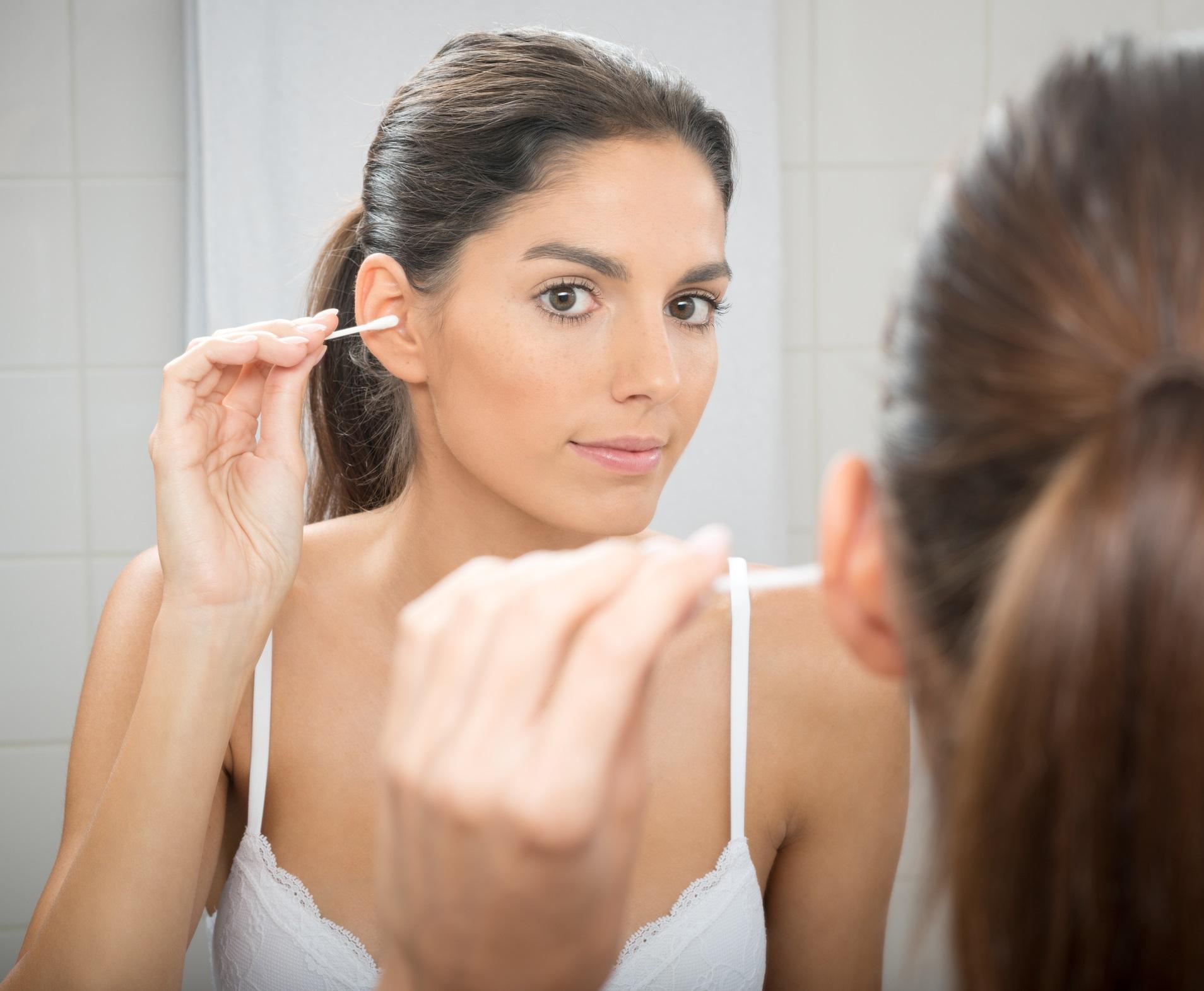 <p>Не използвайте клечки за уши<br /> <br /> Една от най-големите грешки е използването на клечки за уши за почистване на ушната кал. Ухото я създава, за да се предпази от инфекции и да помага водата да изтича от ухото. Клечките за уши само я натъпкват навътре в ухото и могат да наранят кожата, довеждайки до инфекции и дори перфорация.</p>
