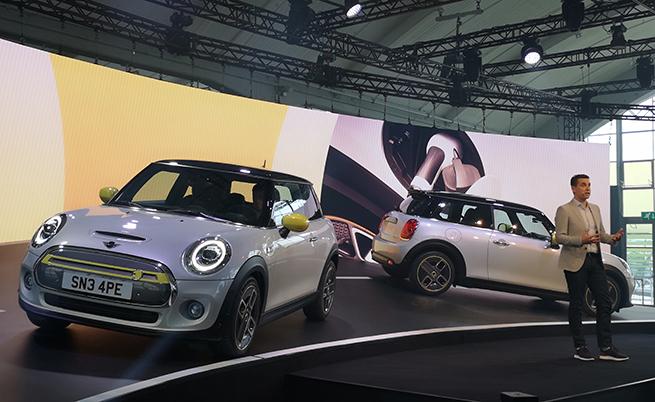 От няколко седмици вече се приемат поръчки за модела. Производството му ще започне през ноември в Оксфорд, като стартовата цена на MINI Cooper SE в Германия ще е 32 500 евро.