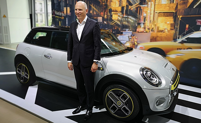 """Разговаряхме с Петер Нота, член на борда на директорите на BMW Group. Г-н Нота заяви, че ДВГ няма да бъде забравен, технологията с горивни клетки също ще се развива, а """"Брекзит"""" няма да се отрази на производството и свободната търговия."""