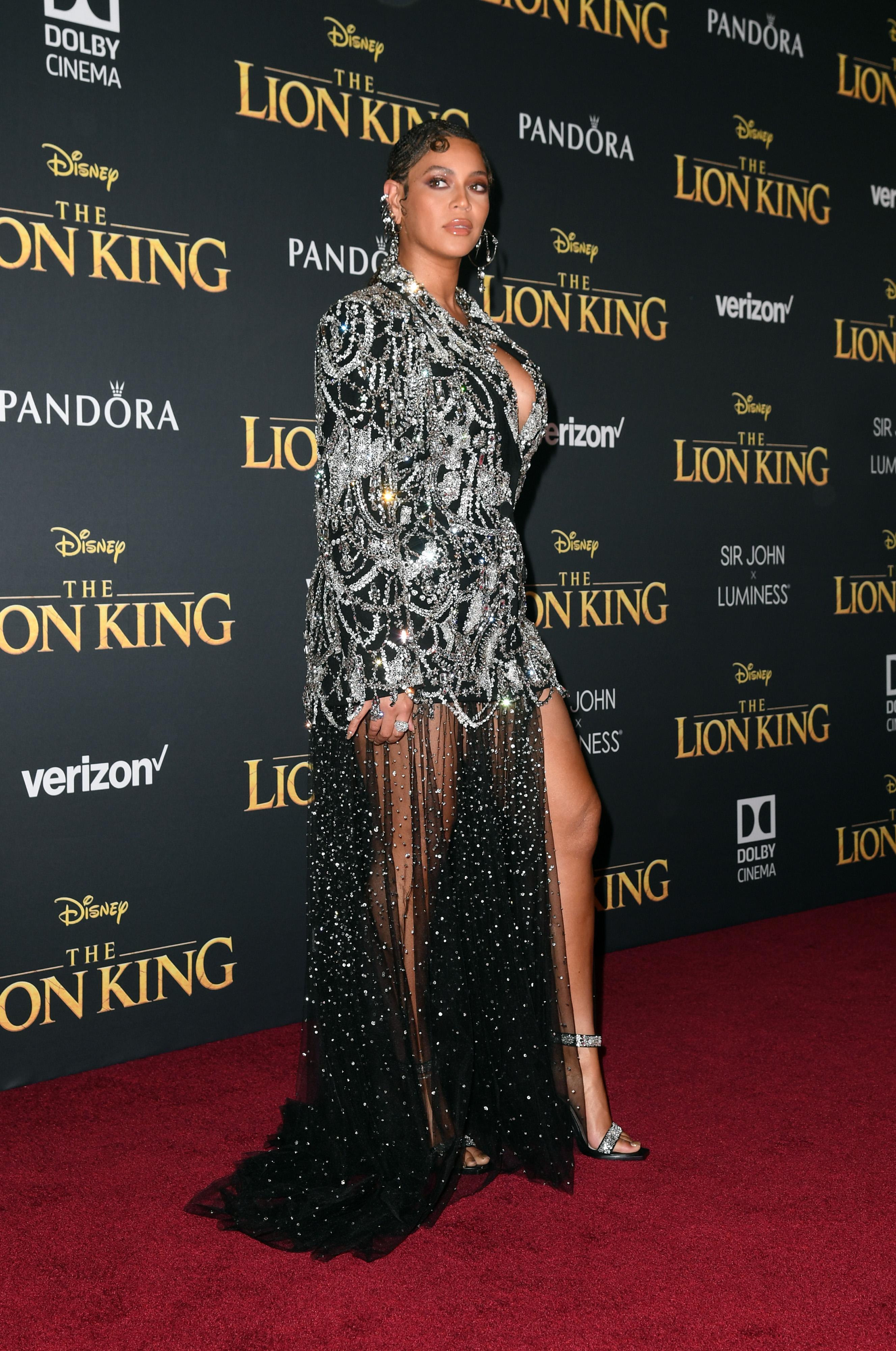<p>Поп звездата се появи облечена с много интересна рокля, наподобяваща сако, но надолу по краката се спуска фин воал, стигащ до земята. Тоалетът е в черно и е обсипан с десетки камъни, които придават невероятен ефект. Красивата дреха е дело на модна къща&nbsp;Alexander McQueen.&nbsp;</p>