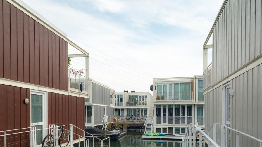 <p>Уникални къщи, които са <strong>върху вода</strong></p>