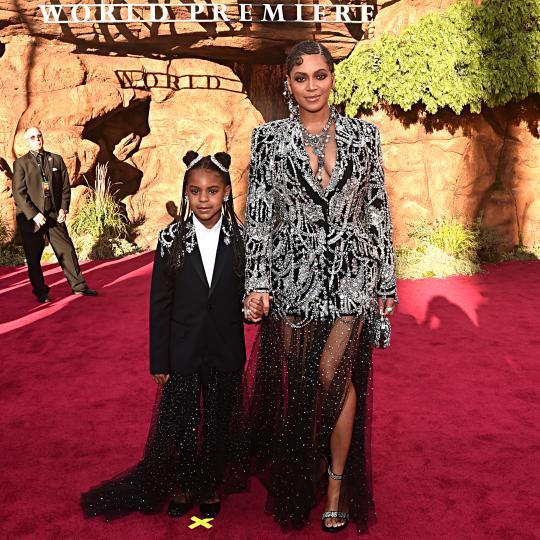 <p>Световната поп звезда Бионсе присъства на премиерата на &quot;Цар Лъв&quot; в Холивуд. Тя се появи в забележителен тоалет, обсипан в десетки камъни. Роклята е дело на модна къща Alexander McQueen. С нея бе и 7-годишната й дъщеря Блу Айви, която също бе облечена в подобно облекло.</p>