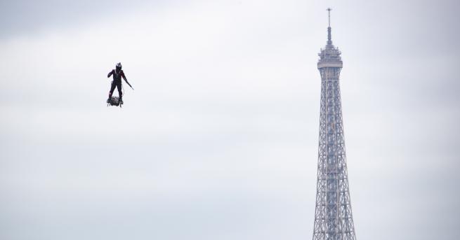 Свят Парад и сълзотворен газ на националния празник във Франция