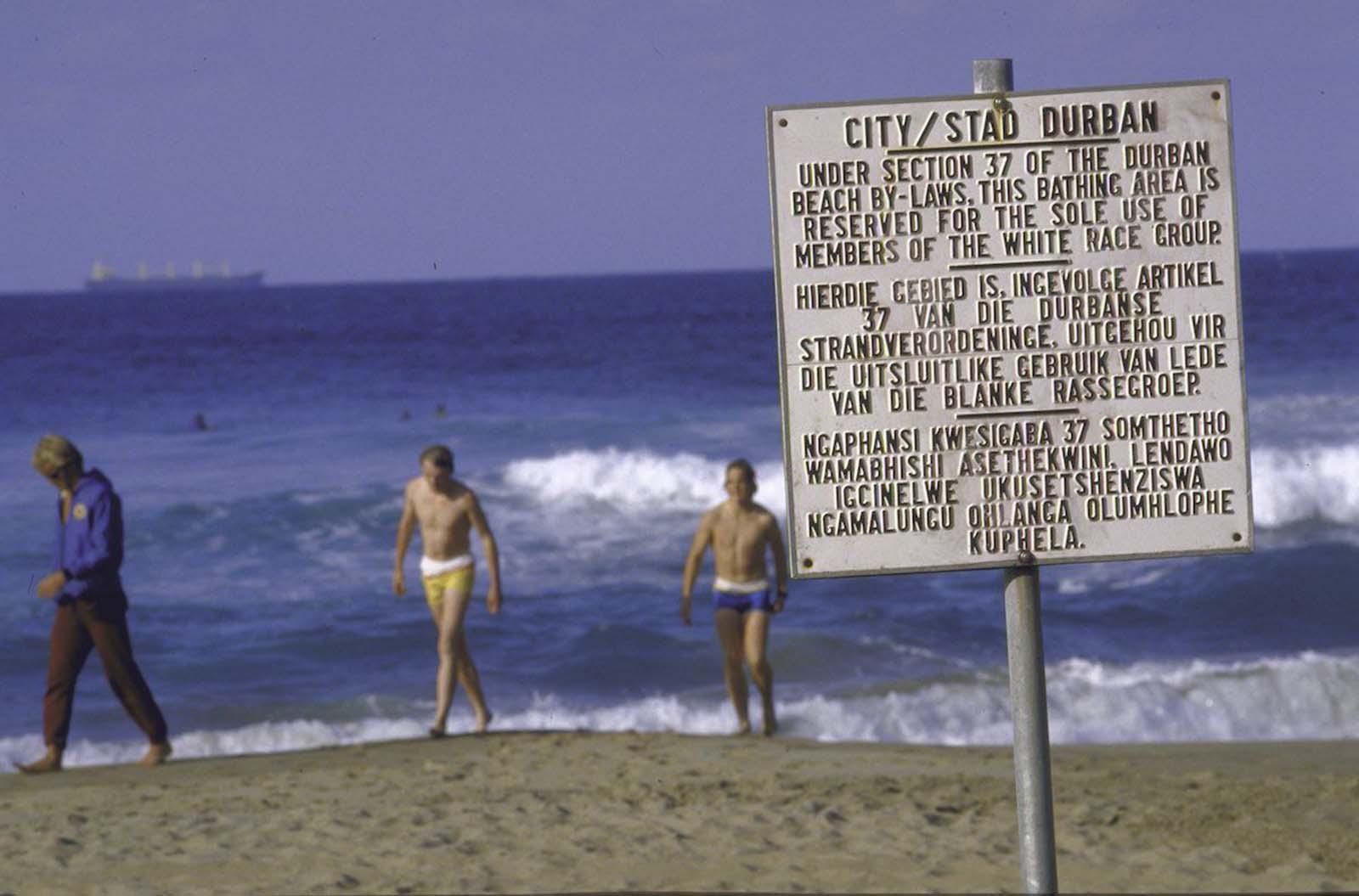 <p>1986, плаж само за бели.</p>