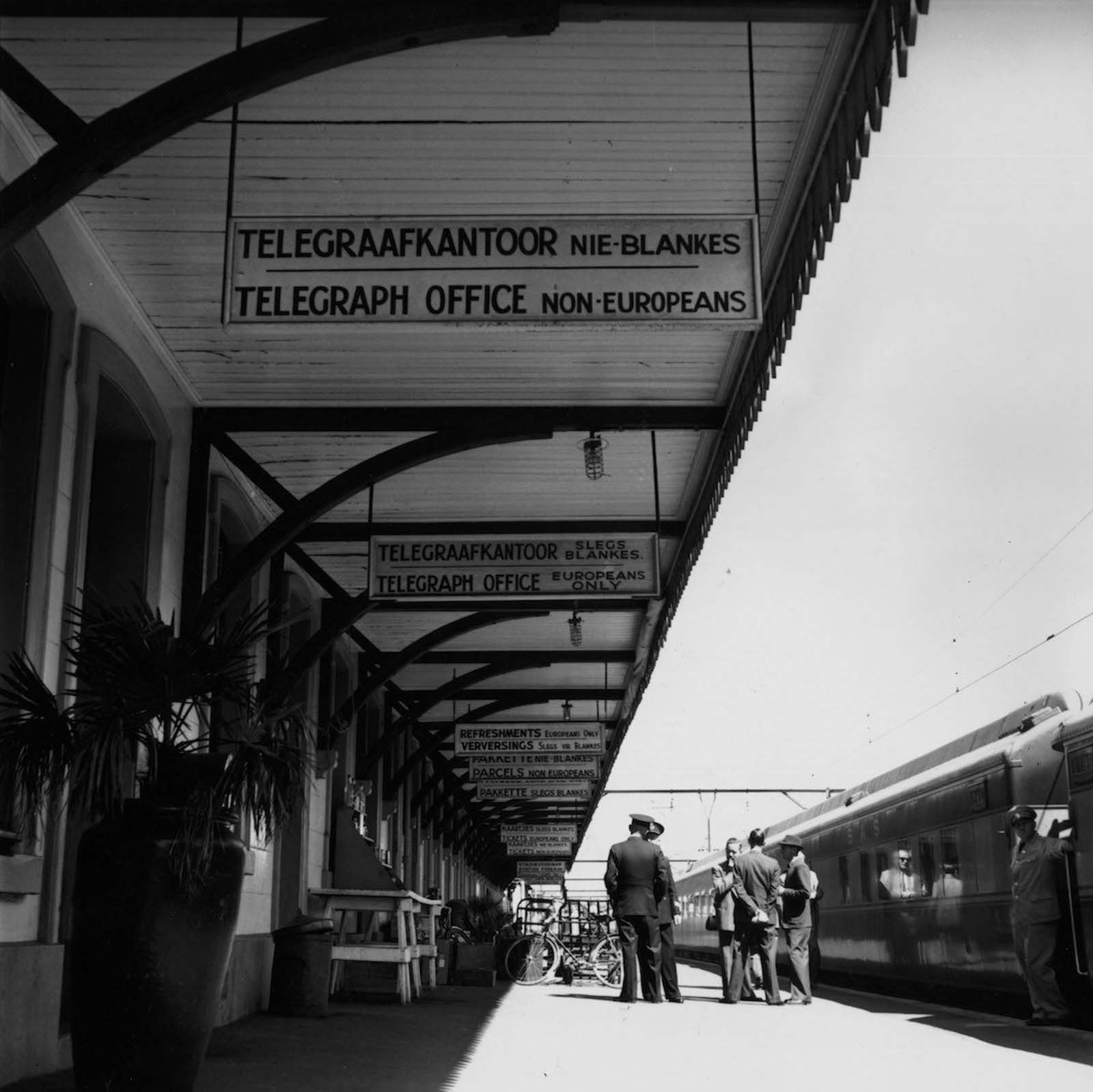 <p>1955, Уелингтън, ЮАР: Телеграфен офис само за европейци.</p>