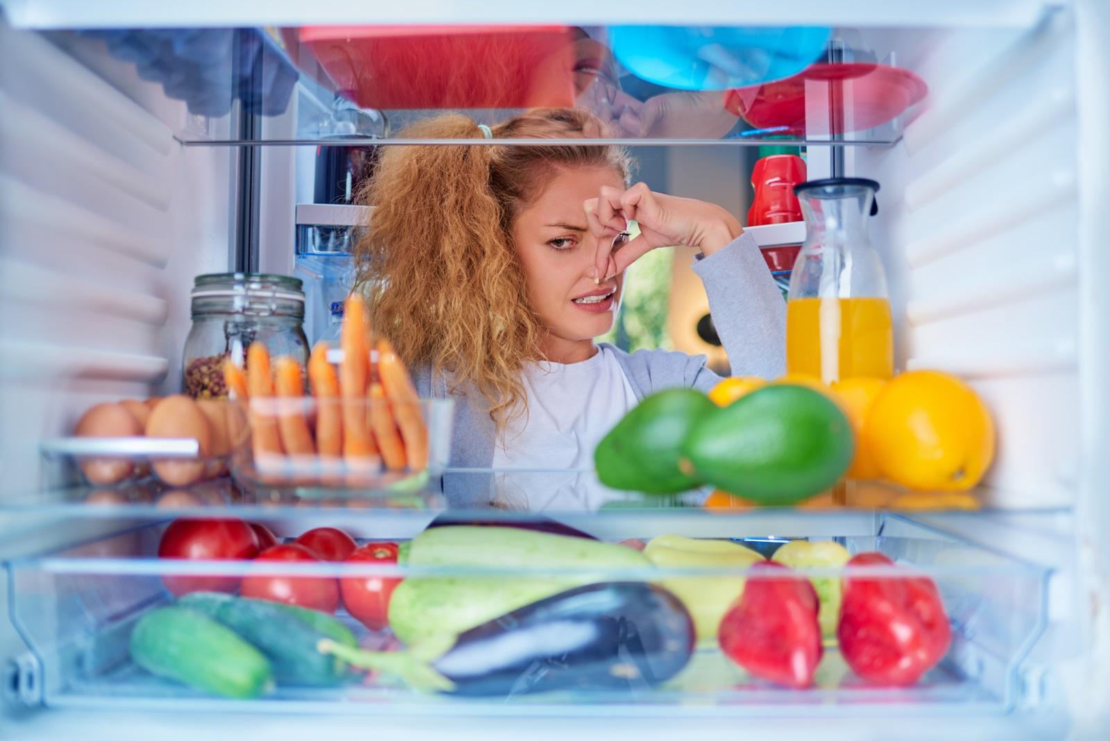 <p>Лоша миризма в хладилника или фризера</p>  <p>След като откриете причината за нея - най-често развалена храна или мухлясали плодове и зеленчуци, извадете всичко от хладилника, измийте го с влажна кърпа и сапун и оставете да се проветри. Лесен трик срещу неприятна миризма в хладилника е да поставите чинийка с малко смляно кафе или филия хляб - те ще абсорбират миризмите.</p>