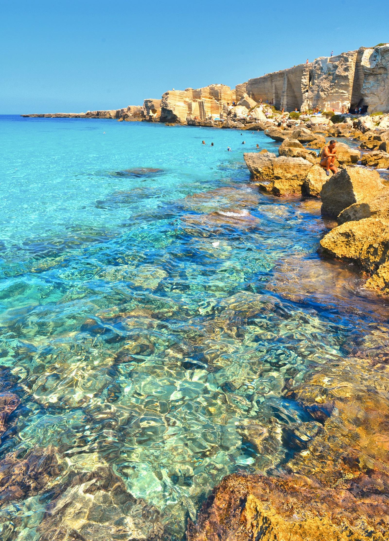 <p>Казват, че веднъж бил ли си на този остров - трудно може да искаш да отидеш другаде. Фавиняна е най-големият от трите&nbsp;Егадски&nbsp;острова (заедно с&nbsp;Леванцо и Маретимо), намиращи се в&nbsp;Средиземно море&nbsp;до северозападния бряг на&nbsp;Сицилия, близо до град&nbsp;Трапани, с обща площ 37,45 кв. км. Погледнат отвисоко, островът прилича на пеперуда, разперила крила. Най-известният&nbsp;плаж на&nbsp;Фавиняна&nbsp;е&nbsp;Кала Роса, известен с кристално сините си води&nbsp;и фактът, че няма пясък. А специалитетът на&nbsp;Фавиняна и основният поминък на хората там е ловът на риба тон.</p>