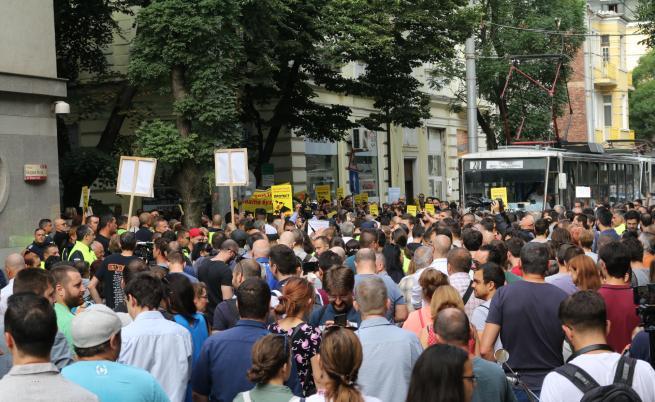Протести за и против Гешев, замеряха ВСС с яйца