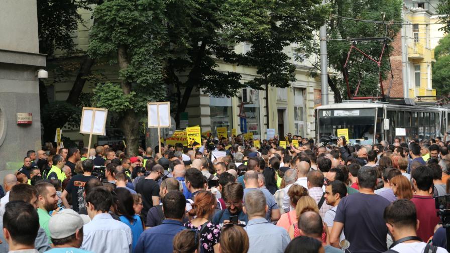 <p>Протести за и против Гешев, замеряха ВСС с яйца</p>