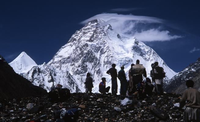 Втори българин изкачи втория най-висок връх в света