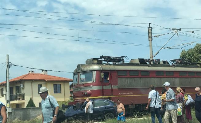 Влак блъсна кола в село Труд, шофьорът загина