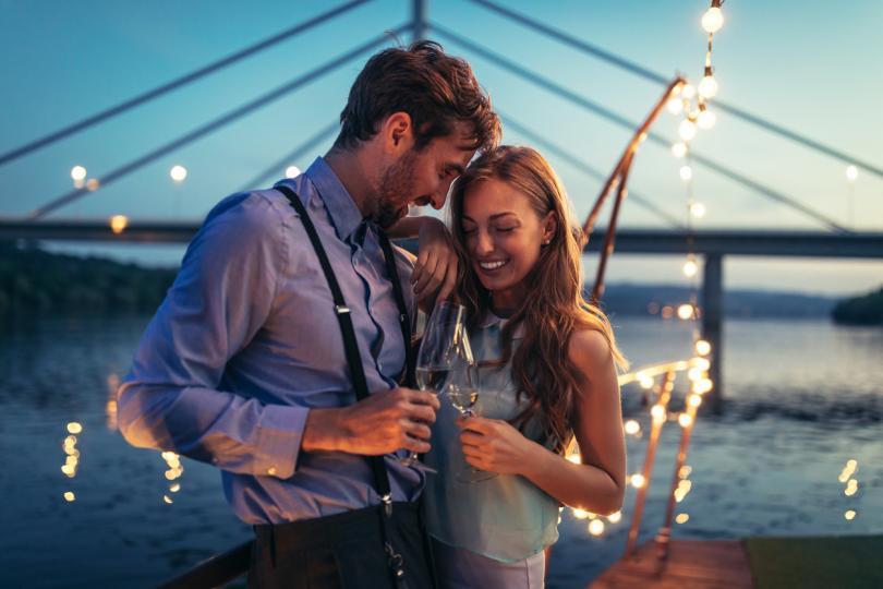 <p><strong>1. Тихата любов не е синоним на скука</strong> - Спокойните връзки не са скучно, а напротив. Те са лишени от негативни елементи като скандали, ревност и тревожност. Това не означава, че в тях няма нищо вълнуващо или че развитието на двойката спира. Пеперудите все още са живи, но това, че са по-тихички, означава само едно - чувствате се комфортно един с друг,&nbsp;чувствате се в безопасност, преминавате през новите житейски етапи като двойка, стабилни, силни и заедно.</p>  <p>&nbsp;</p>