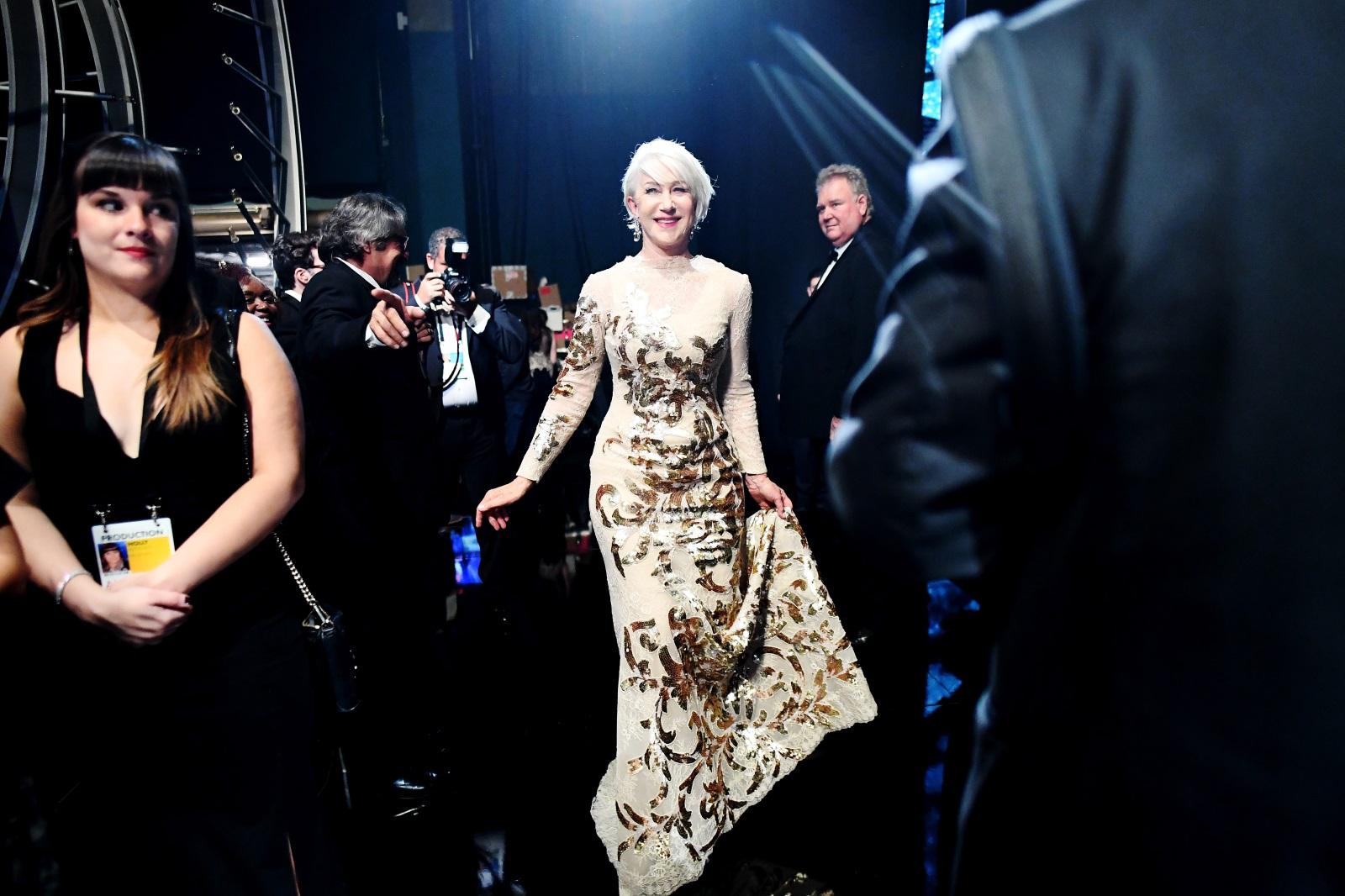 <p>&quot;Сексапилът ще ме преследва до гроба&quot;, казва актрисата Хелън Мирън, която е смятана за една от най-красивите и горещи жени в Холивуд. В интервю тя споделя, че когато си на 70 се чувстваш точно на толкова, но просто приемаш по различен начин нещата. И има защо - вижте каква класа излъчва тя в нашата галерия.</p>