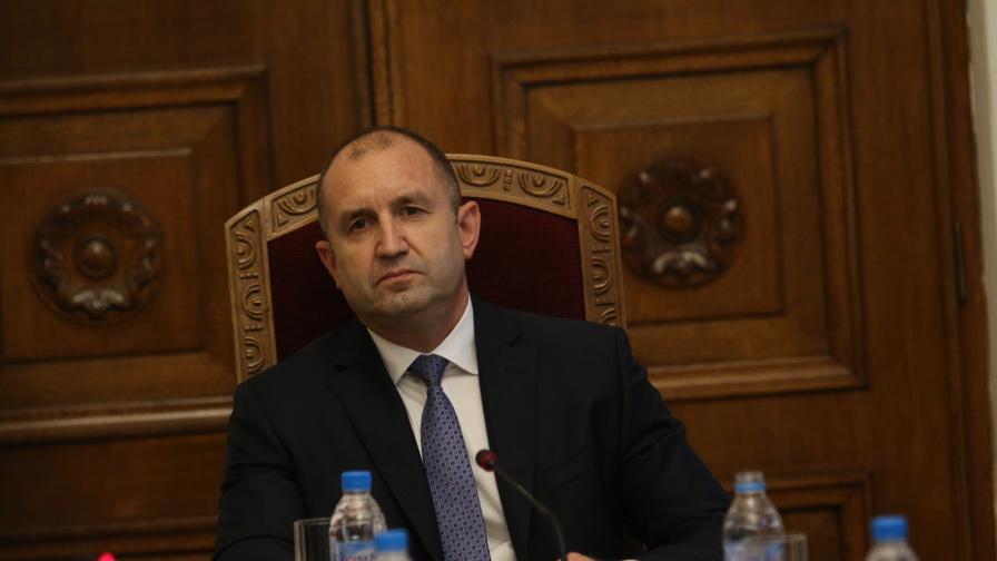 Президентът Румен Радев проведе среща с отговорните министри за чумата по свинете. На срещата присъстват: Томислав Дончев, Десислава Танева, Младен Маринов, Нено Димов.