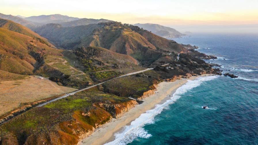 <p>Срина се скала върху плаж в Калифорния, <strong>трима души загинаха</strong></p>