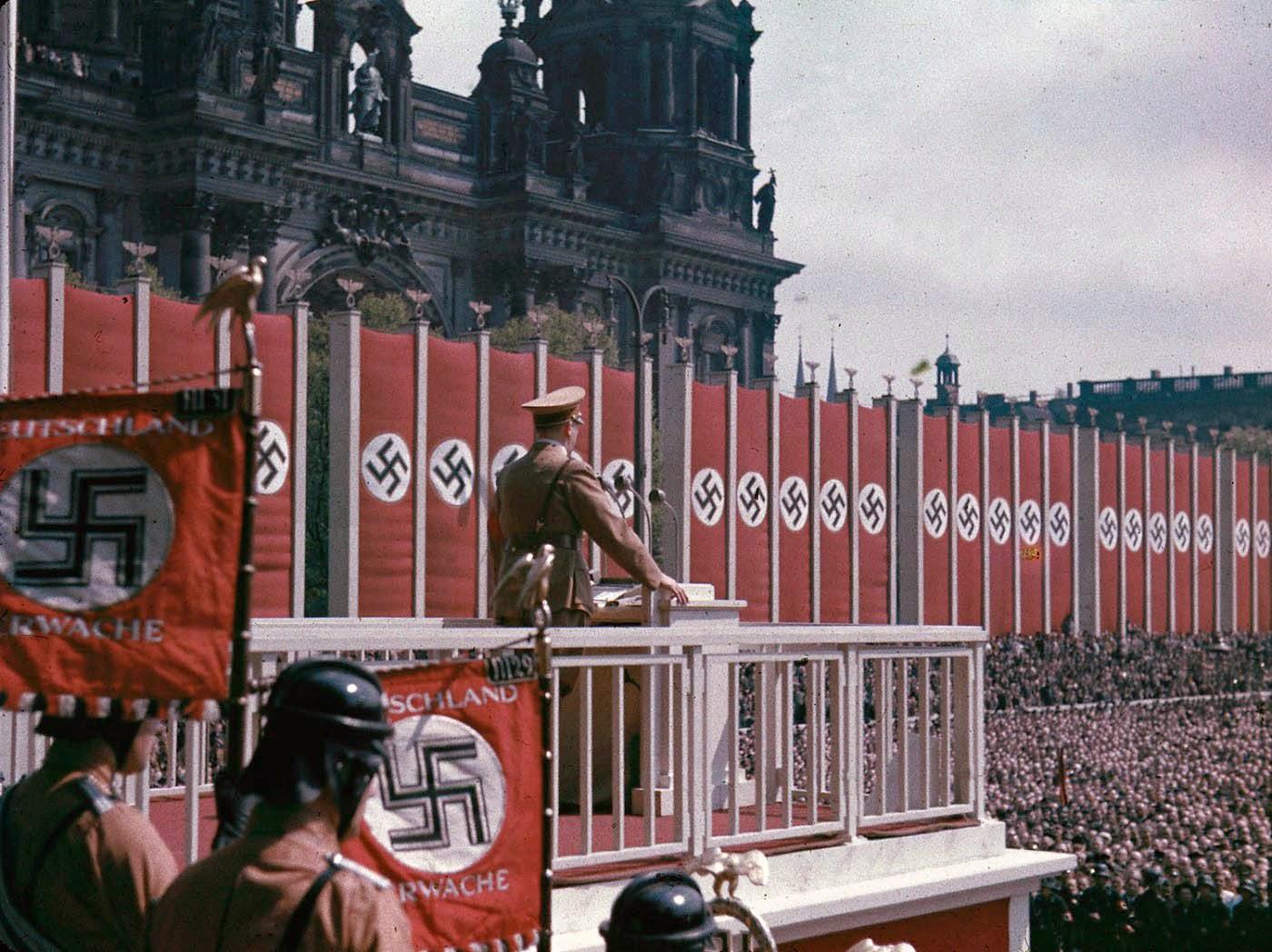 <p>1938: Адолф Хитлер държи реч пред Лустгарден в Берлин.</p>