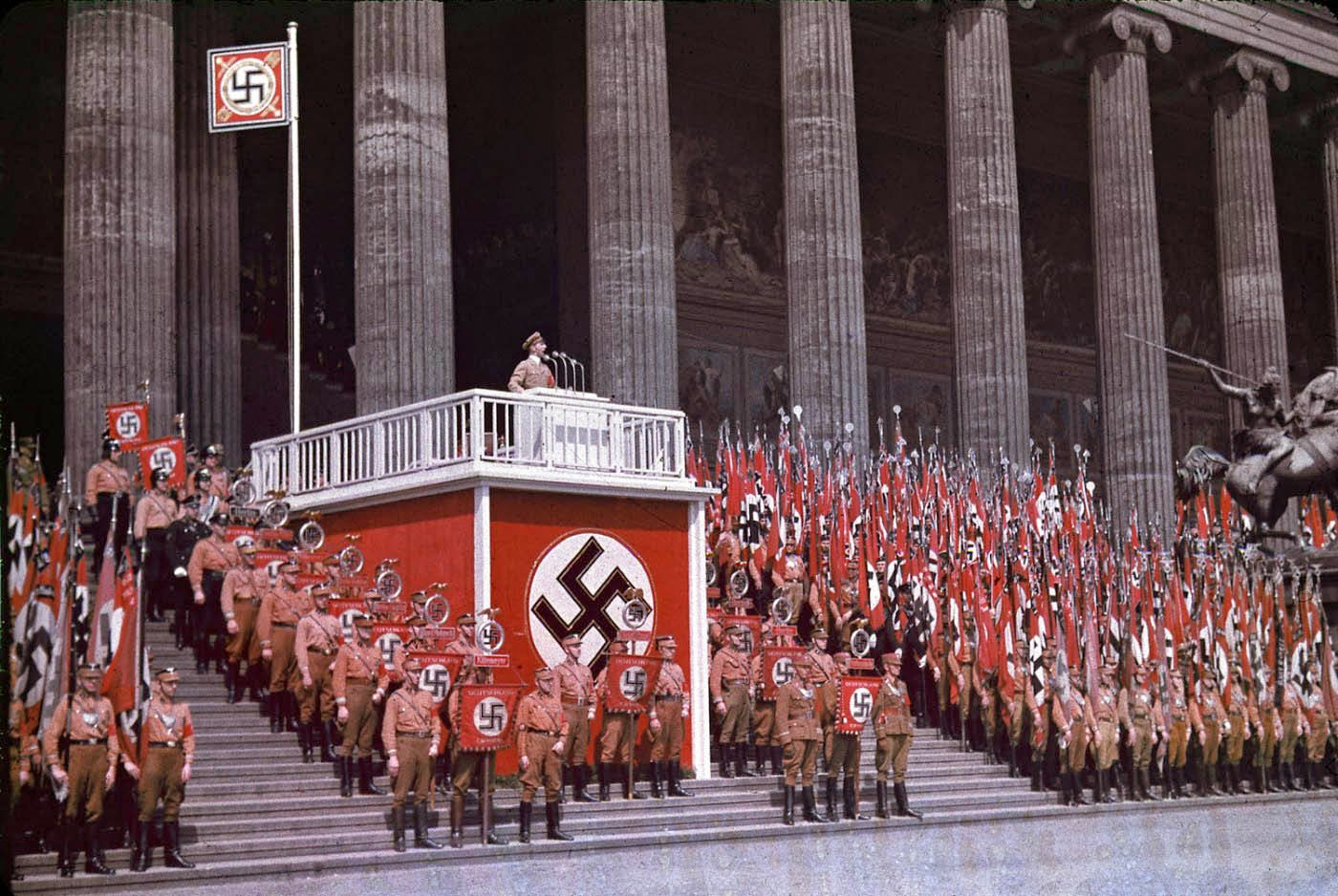 <p>1938: Йозеф Гьобелс държи реч пред Лустгарден в Берлин.</p>