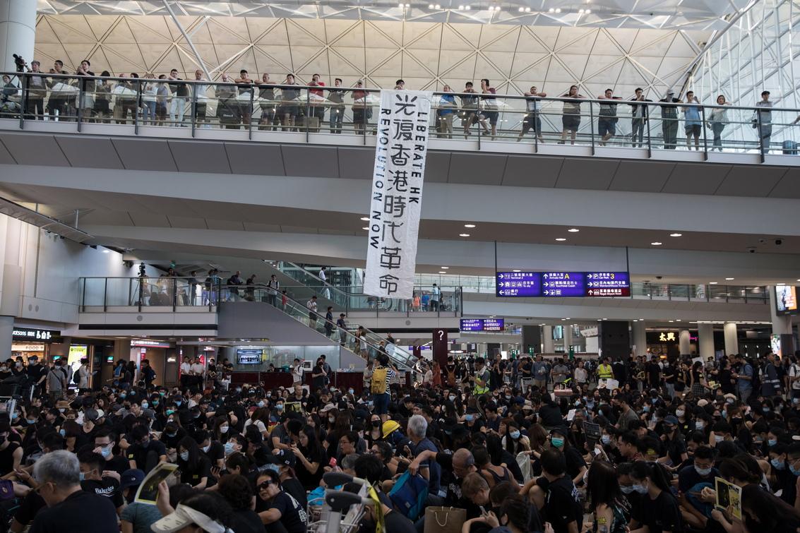Хиляди протестиращи окупираха залите за пристигане и заминаване на международното летище в Хонг Конг, което е сред най-натоварените в света.