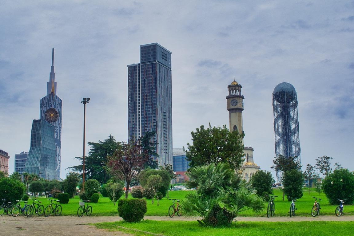 <p>Разположен е на брега на Черно море. Населението на града е около 150 000 души</p>