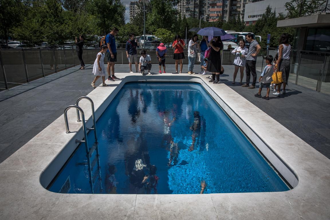 <p>Посетители разглеждат инсталацията &quot;Плувен басейн&quot; по време на изложба на аржентинския концептуален художник Леандро Ерлих, озаглавена &quot;Ограниченията на голямата празнота&quot;, в Художествения музей CAFA в Пекин, Китай.</p>