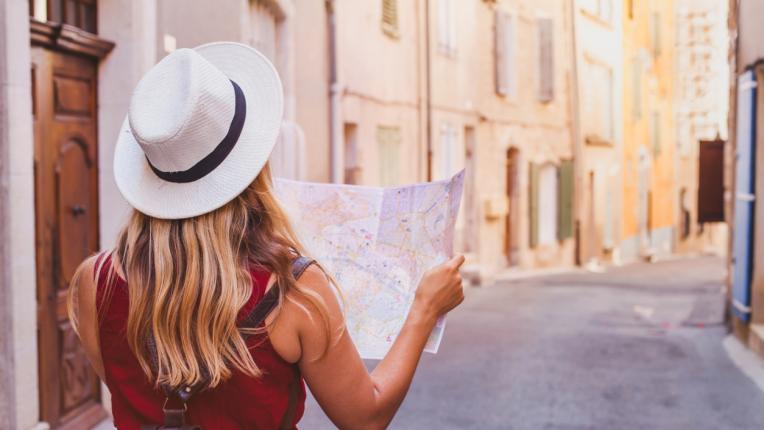 жена пътуване