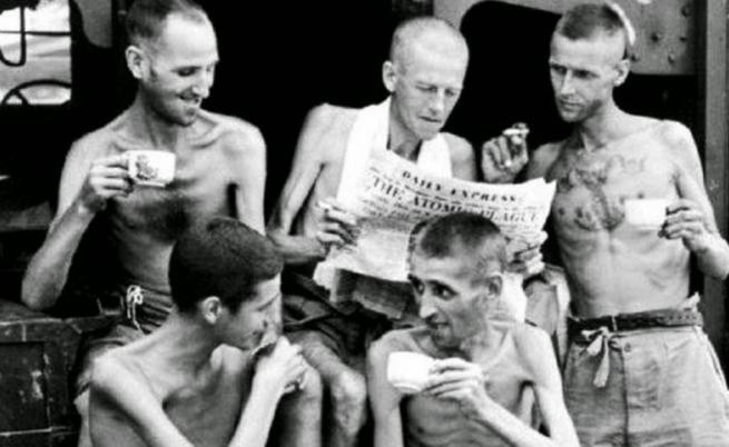 1945, Сингапур: Бивши военнопленници пият чай