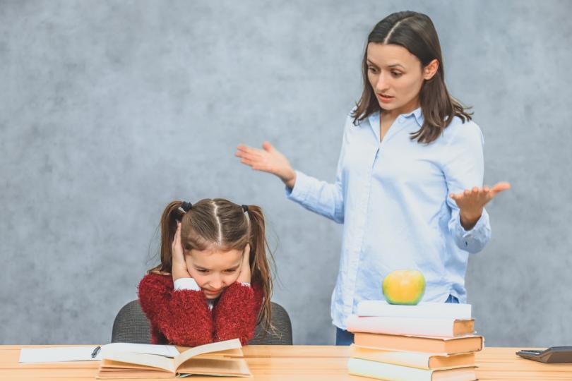 """<p><span style=""""color:#000000;""""><strong>Обсъдете темата подробно</strong></span></p>  <p>След като разберете точната причина за негативното мнение, разширете дискусията. Припомнете на детето си, че миналата година също не е <strong>харесвало новия си тогава учител</strong>, но в течение на учебната година нещата са се променили.</p>  <p>За установяването на една връзка е нужно време, а децата искат всичко да се случва веднага. Обяснете, че това не е толкова лесно.</p>  <p>Интересувайте се как да са <strong>протекли часовете при този учител</strong> в продължение на няколко дни.<strong>Възможно е да става дума за &bdquo;слаб&ldquo; момент</strong> и от страна на учителя, а на следващия ден вече всичко да е както трябва.</p>"""