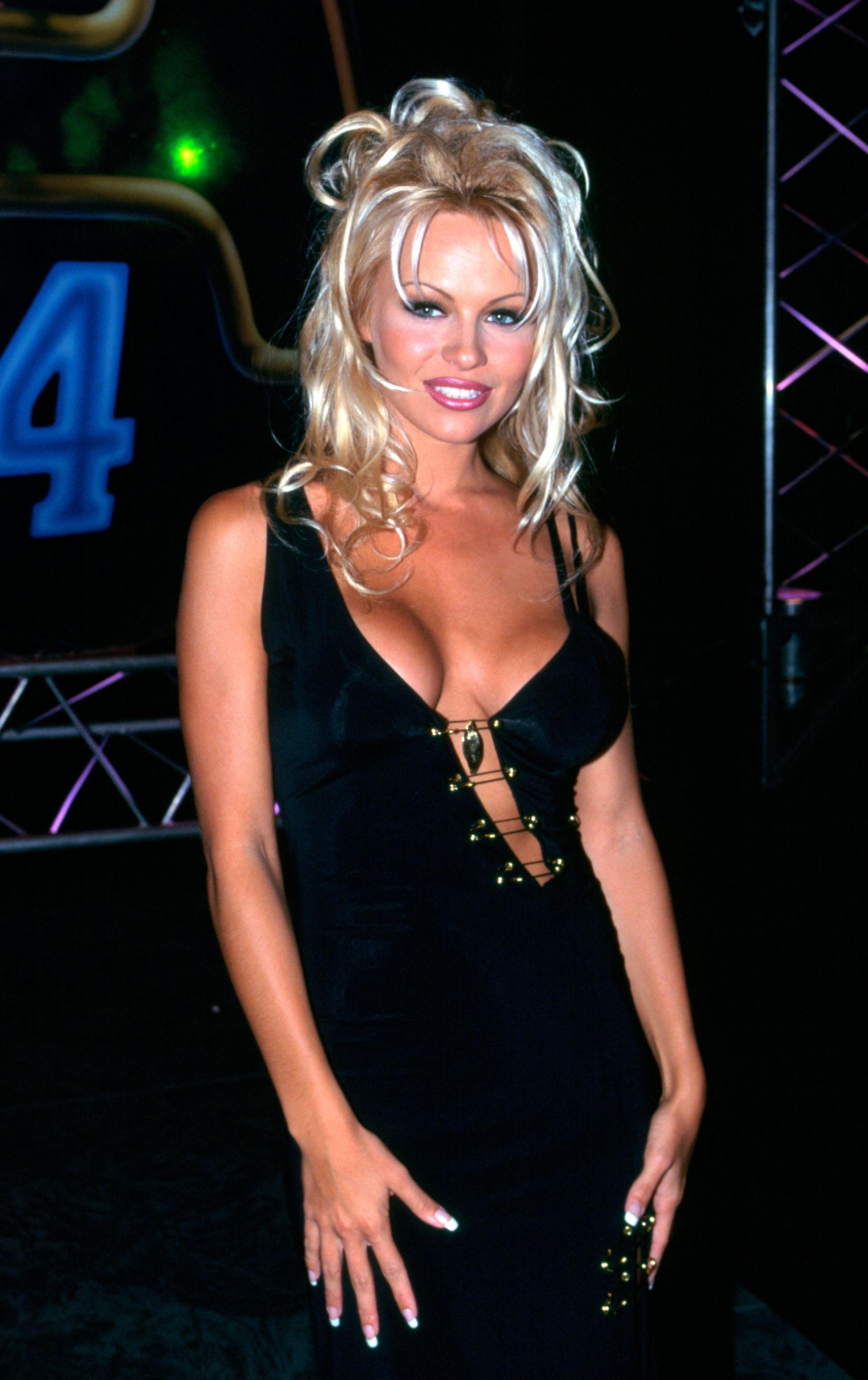 <p><strong>Памела Андерсън</strong></p>  <p>Сексбомбата открадна от Фара Фосет титлата калифорнийска красавица &ndash; руса коса на вълни, красив тен и червен бански &ndash; какво по-секси от това.</p>