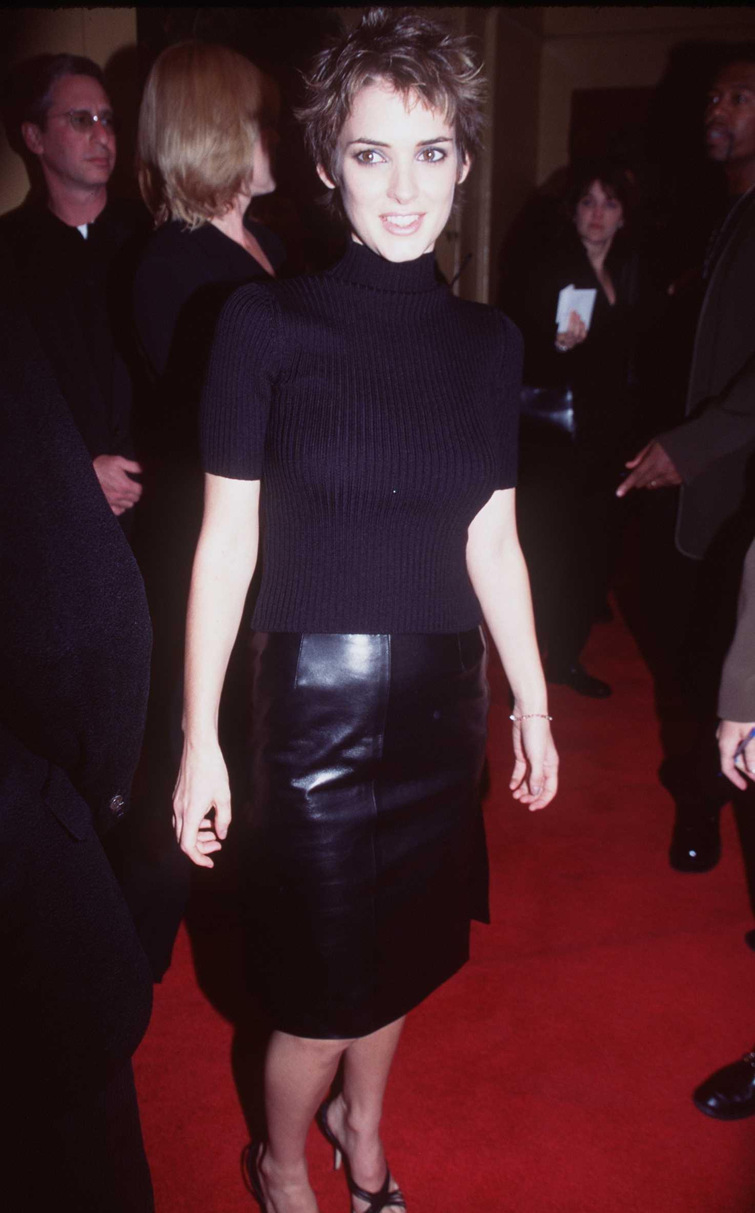 <p><strong>Уинона Райдър</strong></p>  <p>Уинона Райдър беше онова гръндж момиче, с гот излъчване, което завладя десетилетието, през което беше гадже с Джони Деп, участваше в серия култови филми и имаше най-готината къса прическа.</p>