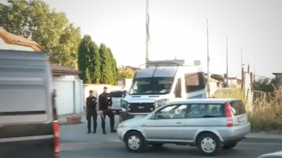 <p>Полиция и жандармерия блокираха столичния квартал &bdquo;Христо Ботев&rdquo;</p>