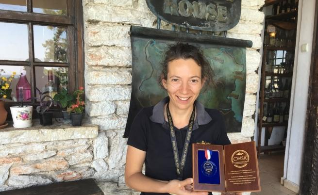 Анна позира със златен медал от изложение в Китай