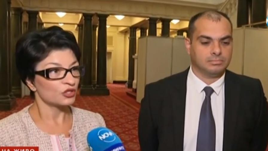 На снимката: Депутатът от ГЕРБ Десислава Атанасова и депутатът от БСП Филип Попов