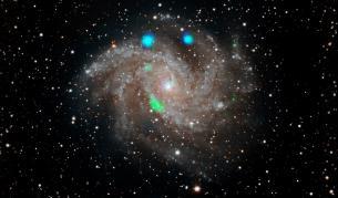 Мистериозната зелена и синя светлина в галактиката NGC 6946